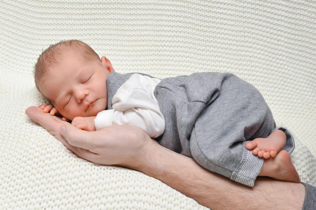 Babyfotografie auf der Hand
