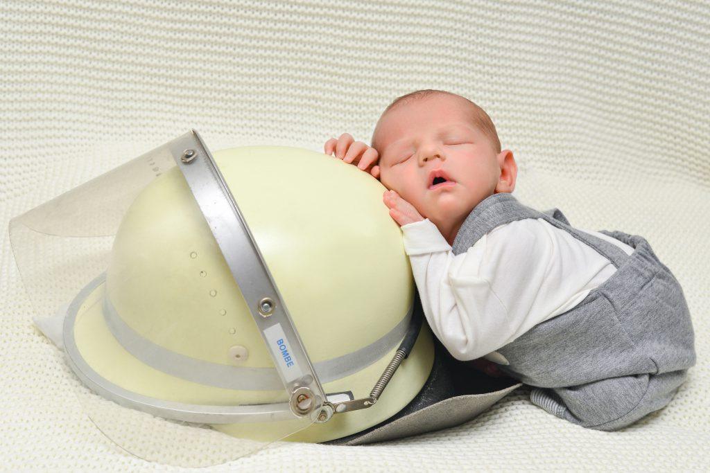 Feuerwehrhelm Hamburg mit Newborn